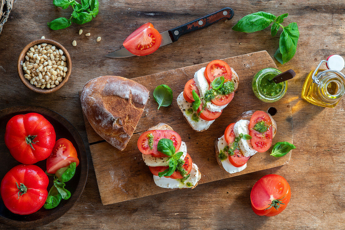 Mozzarella and tomato toast with pesto