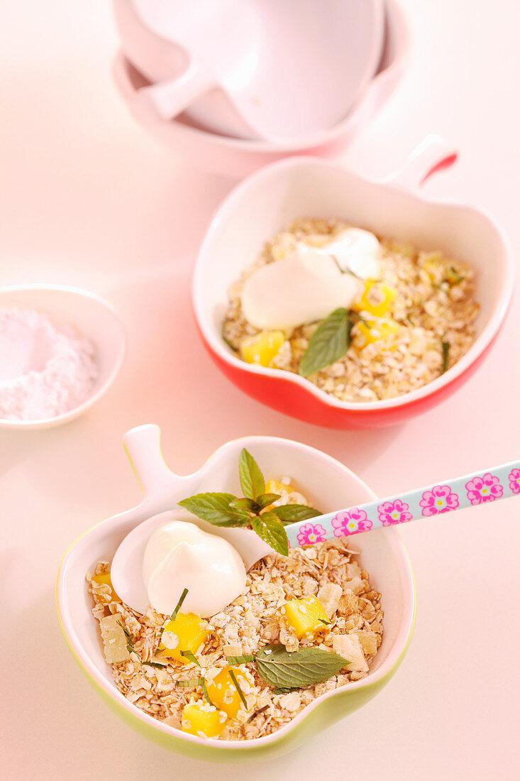Amaranth-Quinoa-Müsli mit Ananas, Mango, Kokosflocken, Minze und Joghurt