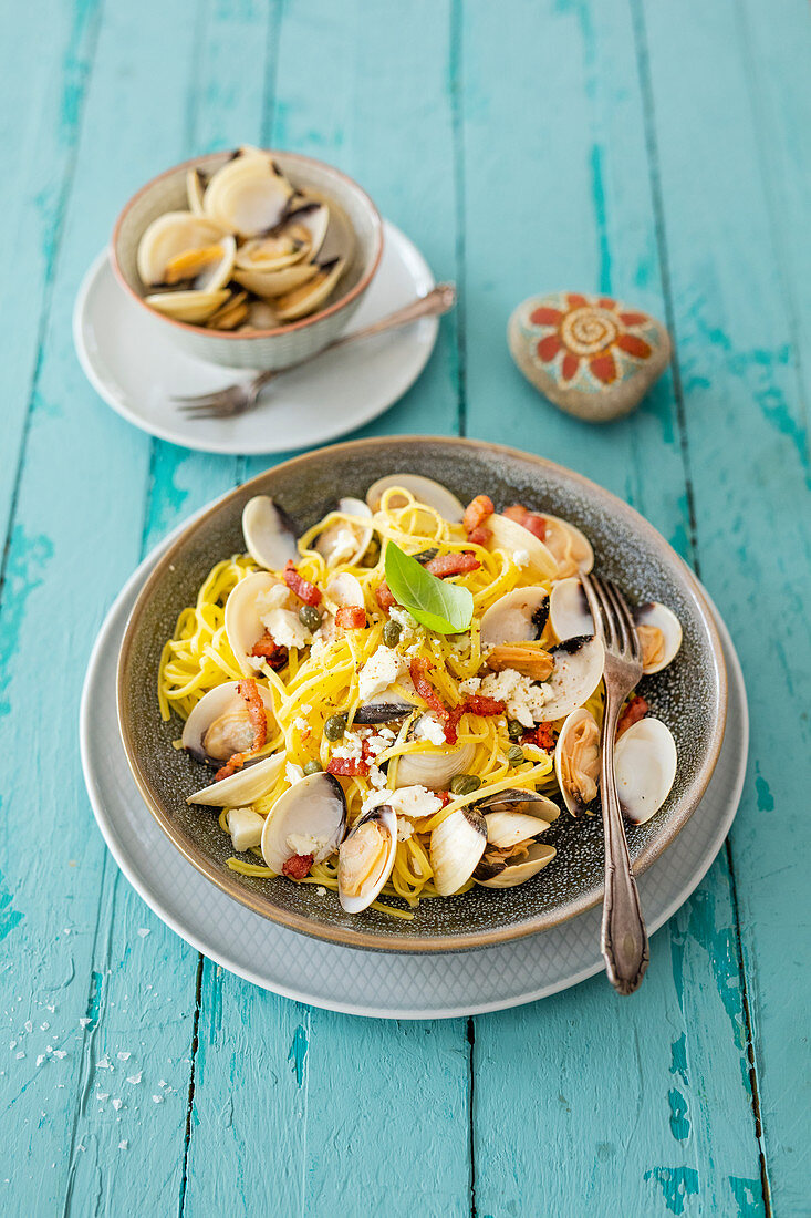 Linguine with clams, bacon and feta