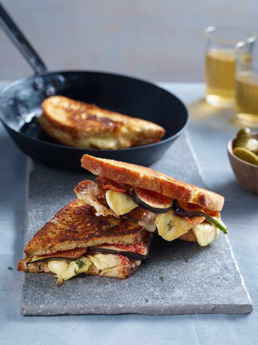 Toasties with cheese and figs