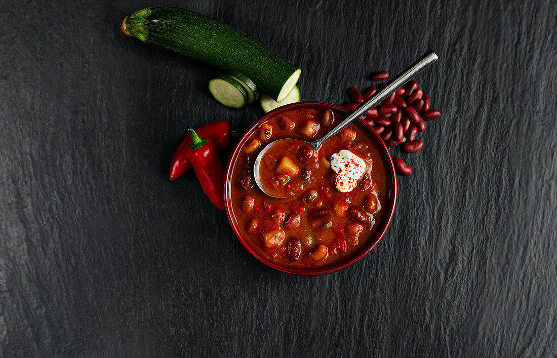 Chunky Vegetable Bean Soup mit cream and paprika