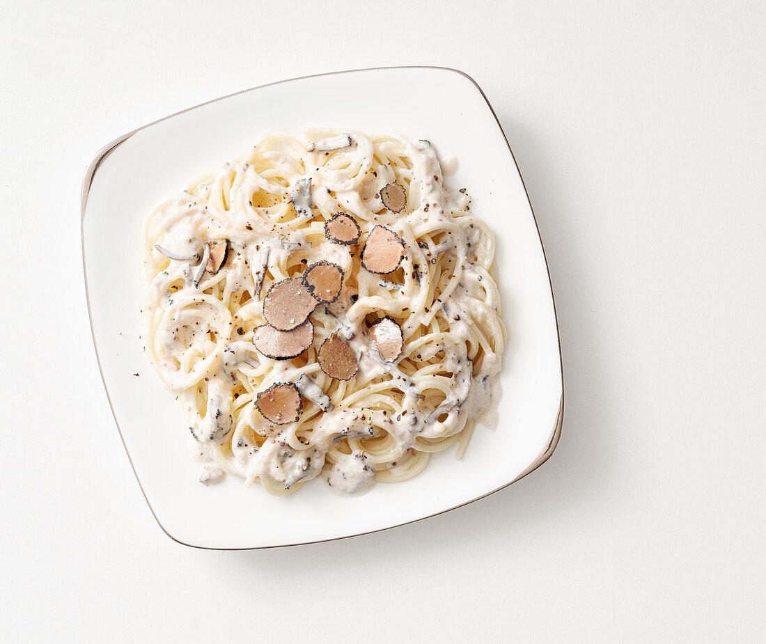 Spaghetti cacio e pepe al tartufo nero (pasta with cheese, ground black pepper and truffles, Italy)