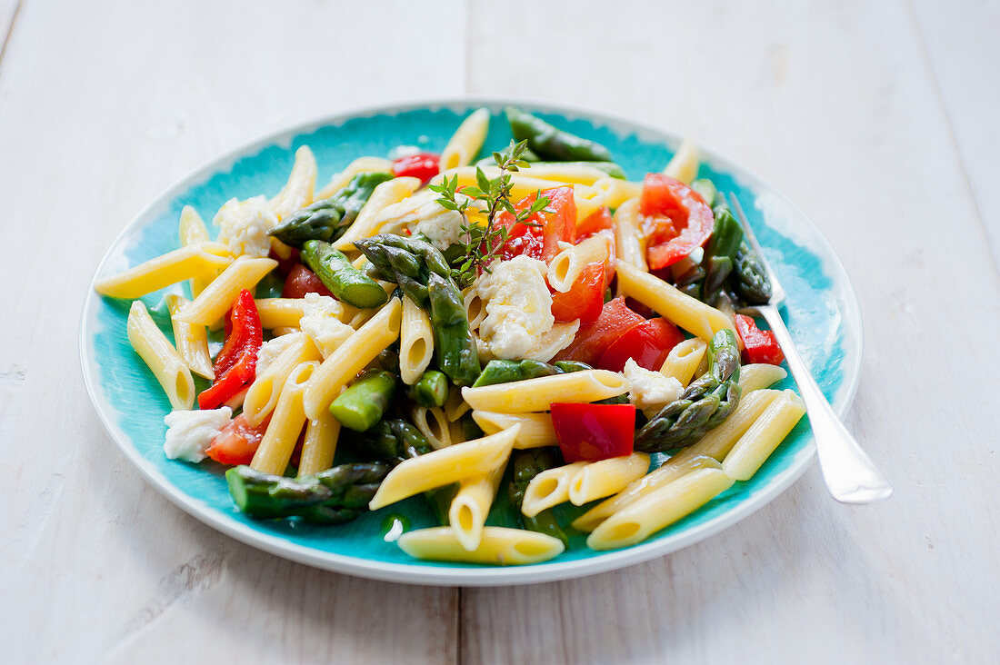 Penne salad with green asparagus and tomatoes