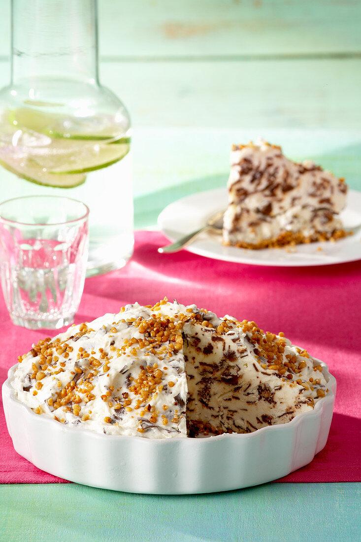 Ice cream pie with brittle