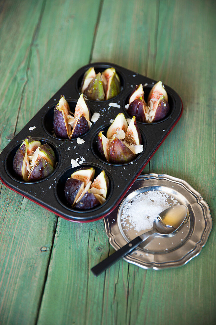 Gratinated almond and honey figs being made