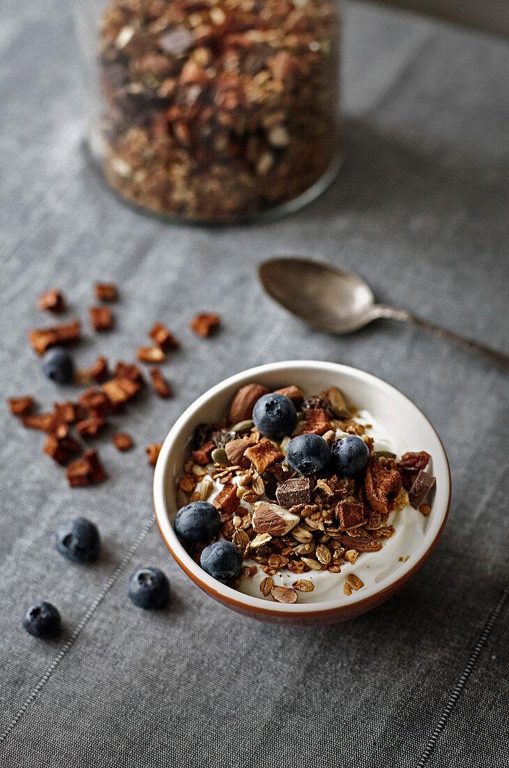 Crunchy apple muesli with yogurt and blueberries