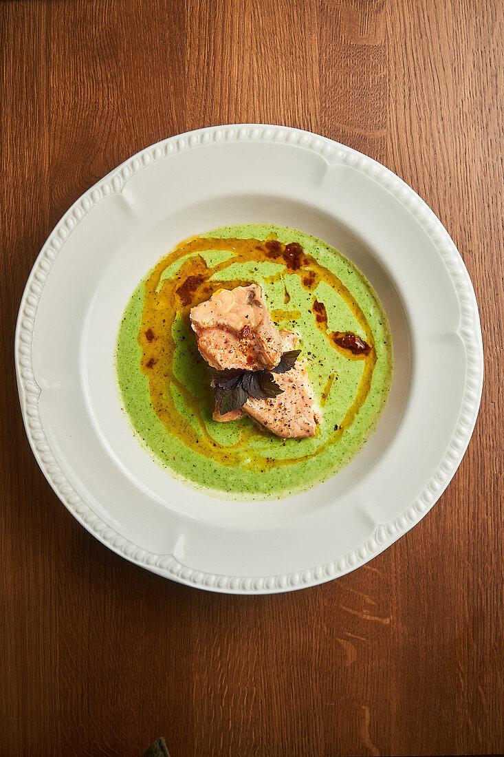 Thunfisch auf grüner Sauce mit Walnussöl