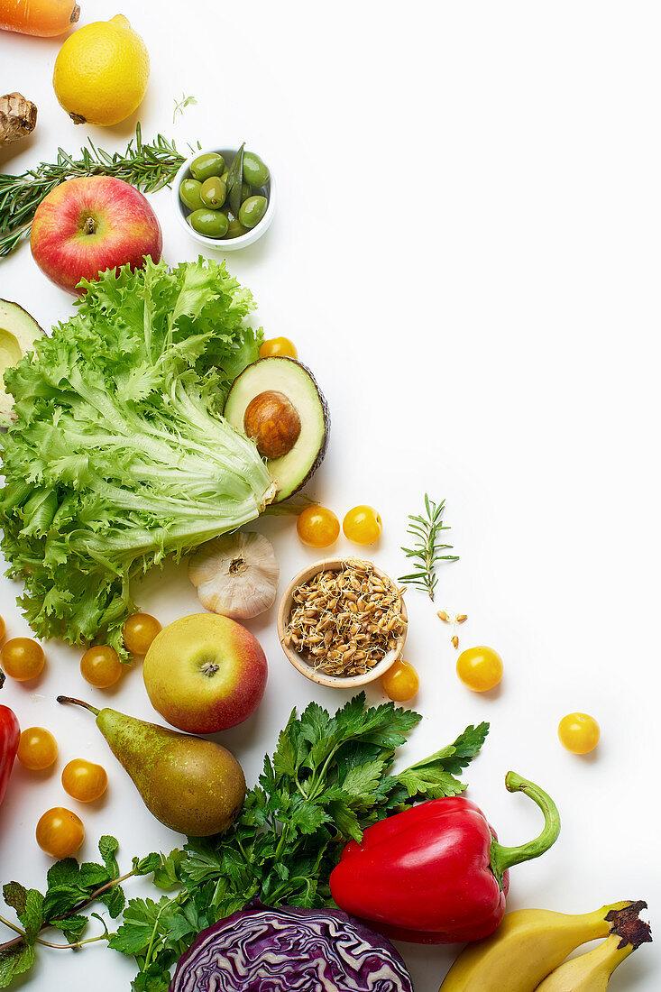 Gesunde Ernährung: Stilleben mit Gemüse, Kräutern, Sprossen und Obst