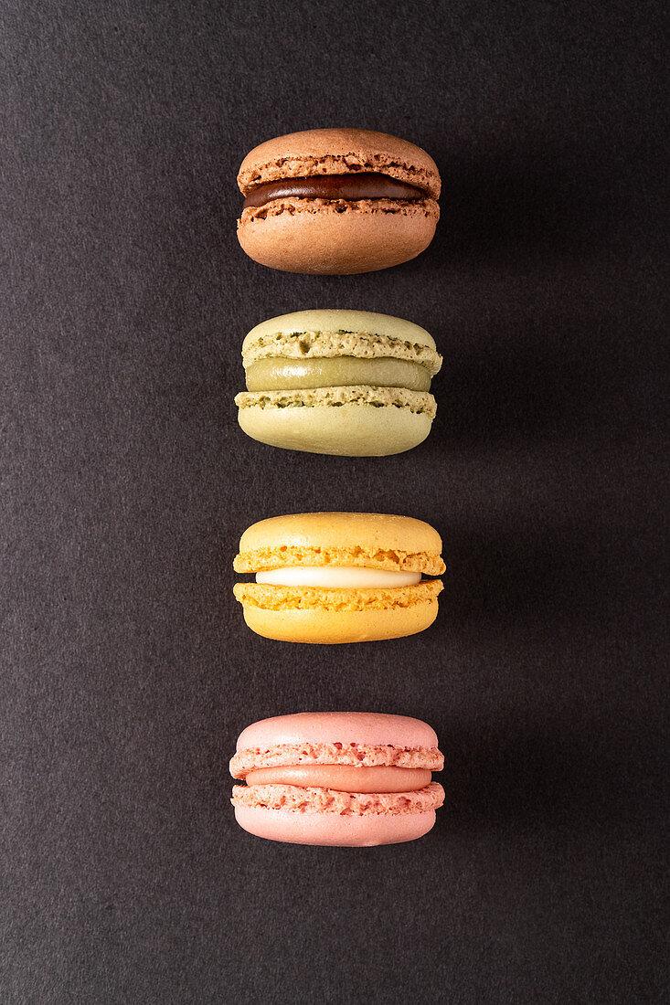 Verschiedenfarbige Macarons in einer Reihe