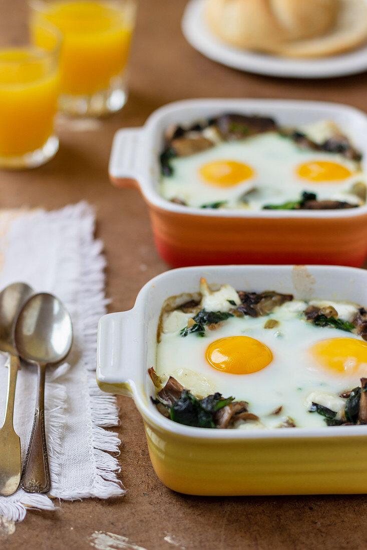 Mushroom, spinach and egg bake, orange juice, bread roll