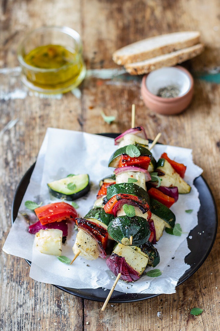 Halloumi skewers with pepper, red onion and zucchini, olive oil