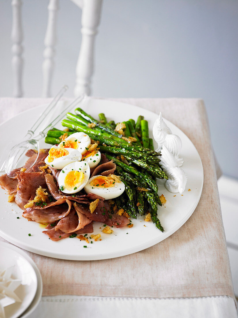 Asparagus with ham, eggs and garlic