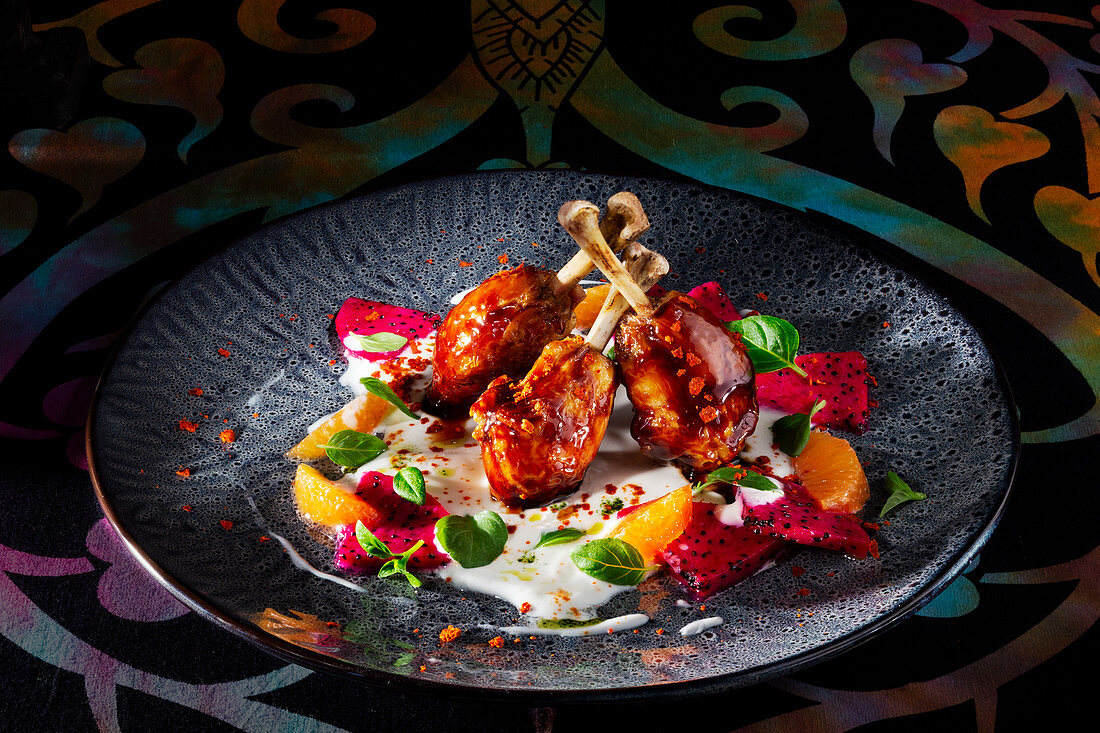 Glazed chicken drumsticks with exotic fruits (India)