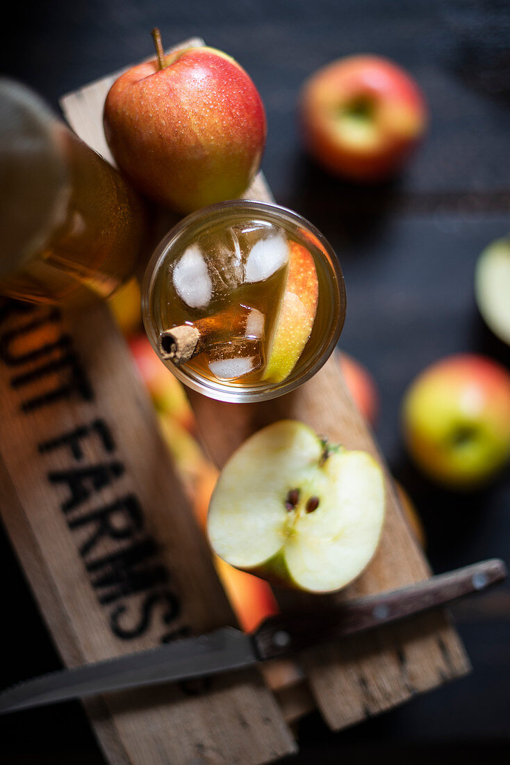 Cider with cinnamon and apple wedges
