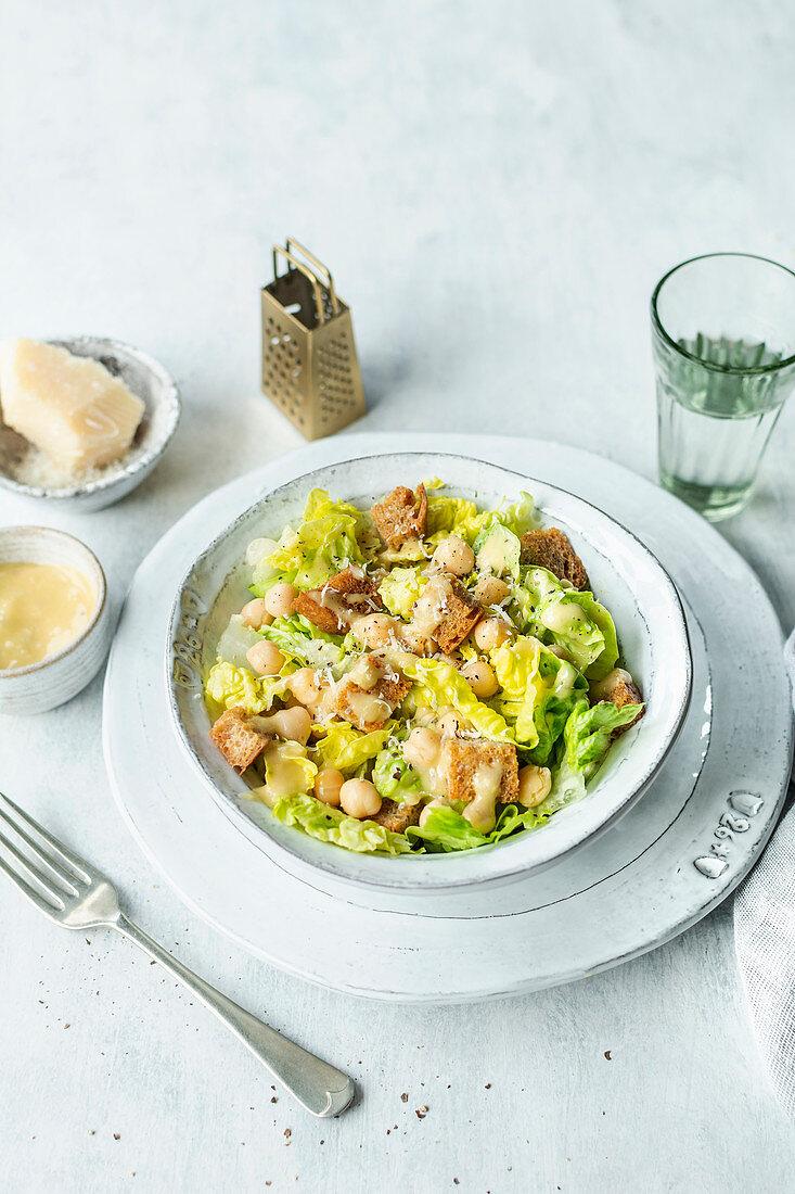 Vegetarischer Cäsarsalat mit Parmesan