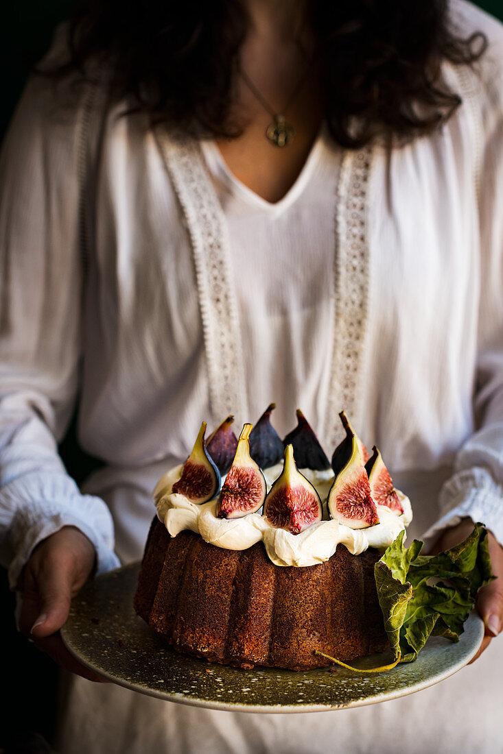 Serving fig cake