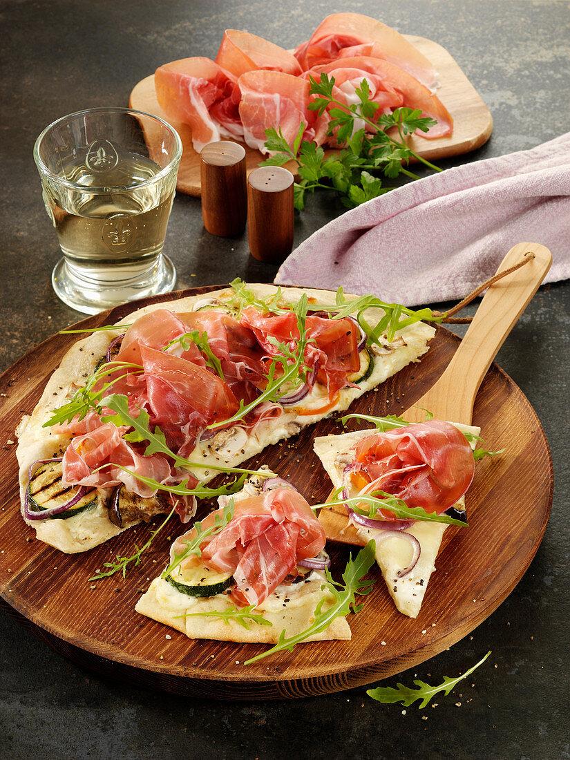 Weiße Pizza mit Antipasti-Gemüse, Parmaschinken und Mascarpone