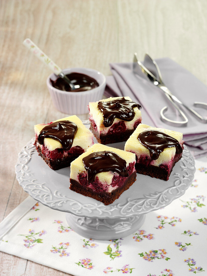 Brownie cheesecake with berries and chocolate sauce