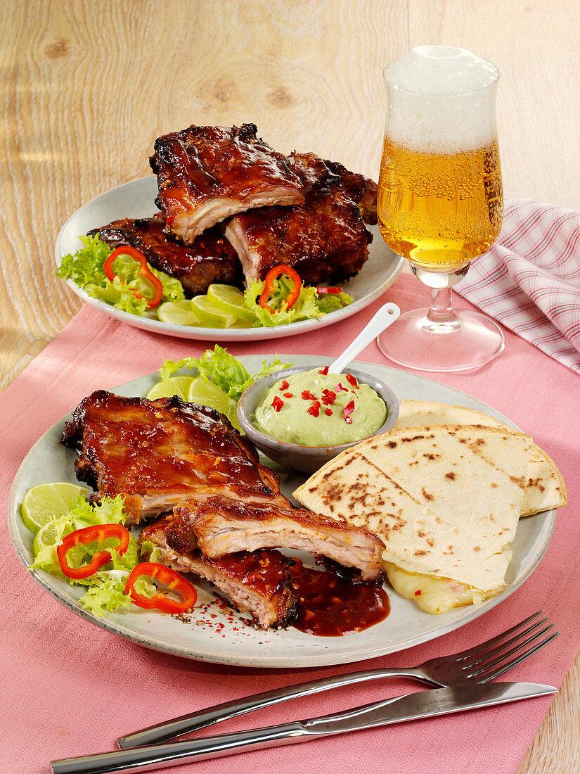 Barbecue Spareribs mit Guacamole und Quesadilla