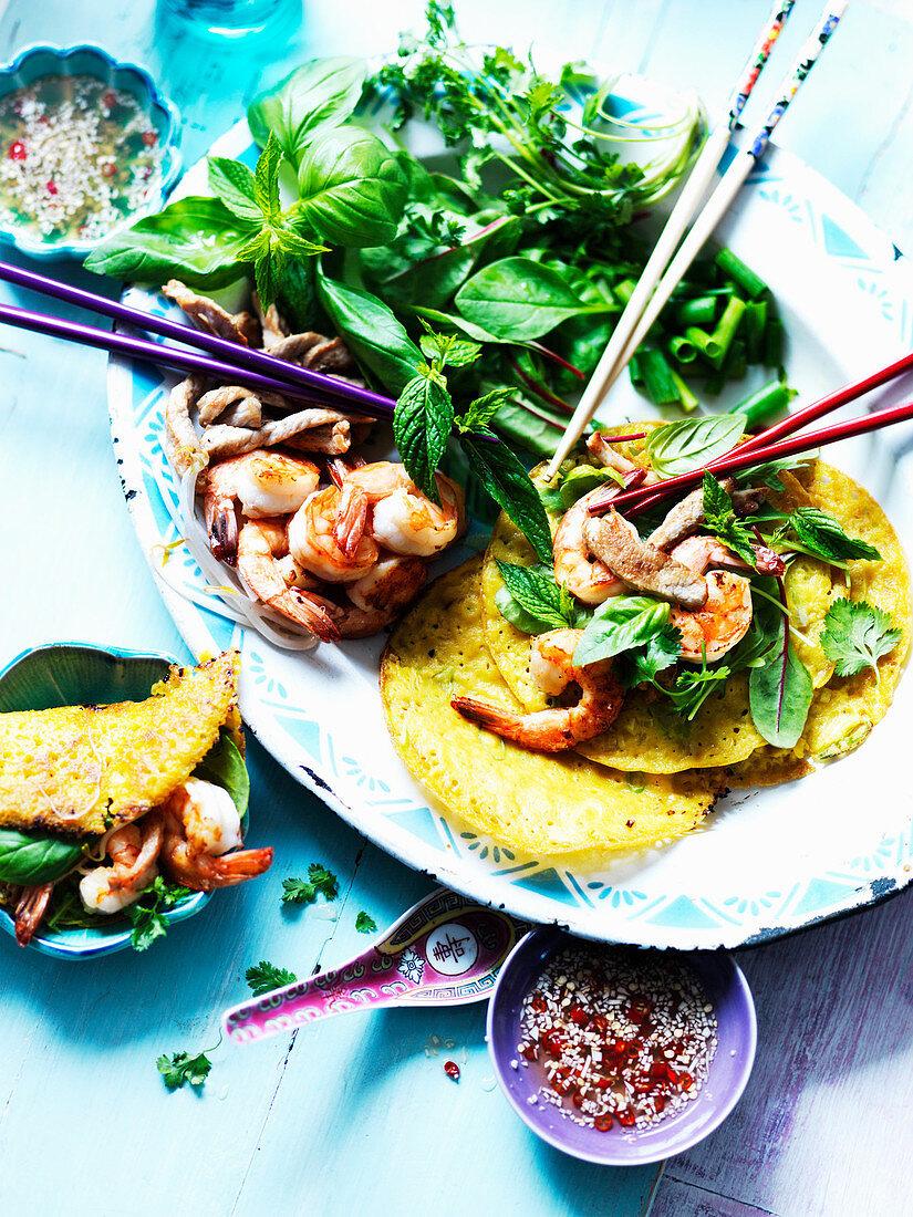 Vietnamesisches Omelett mit Garnelen und Salat