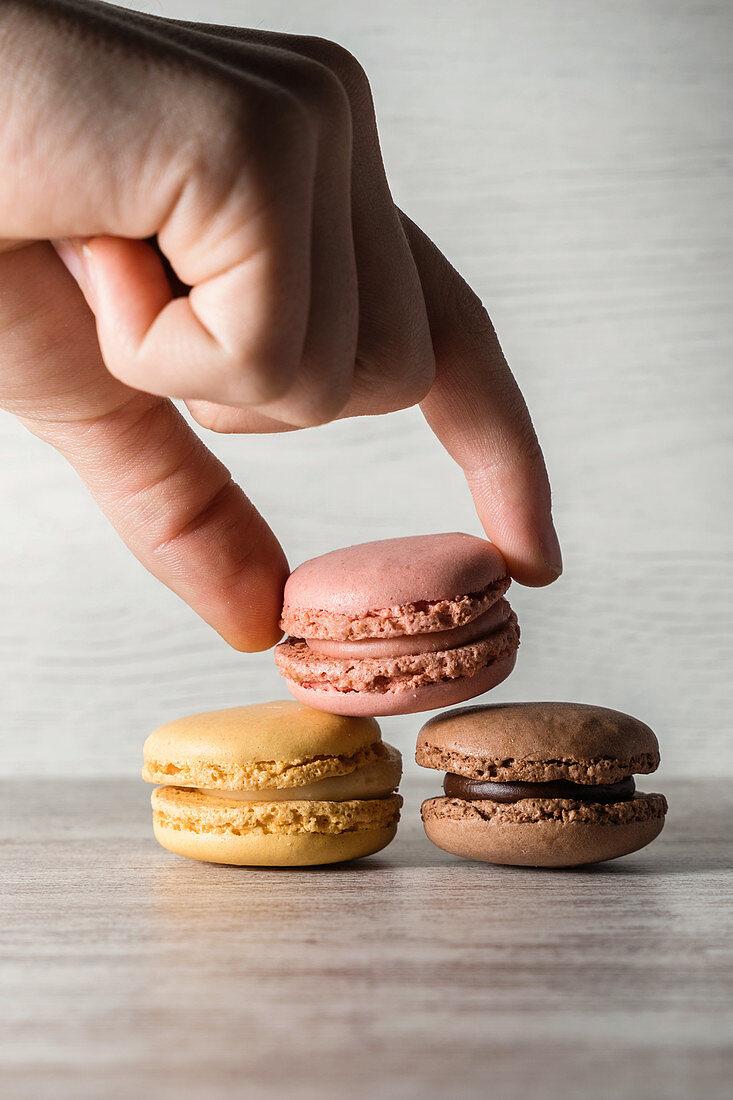 Verschiedenfarbige Macarons stapeln