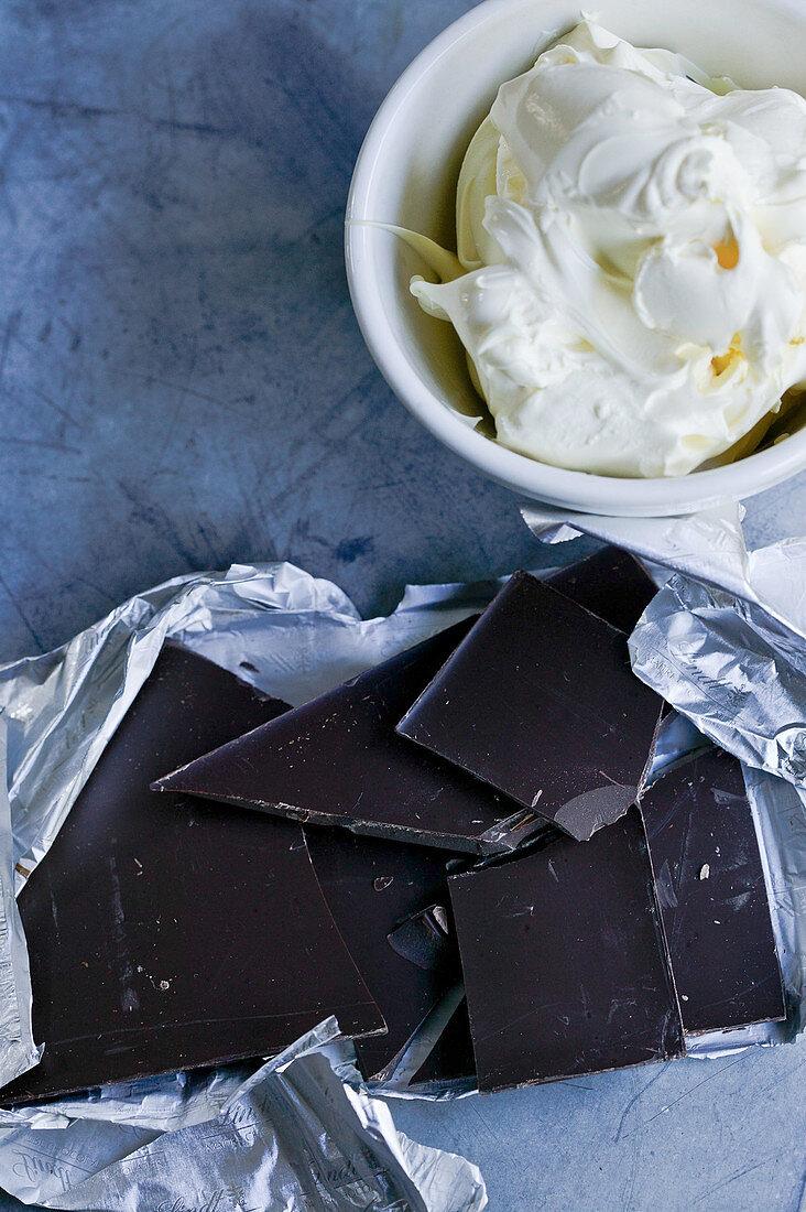 Dunkle Schokolade und Schlagsahne