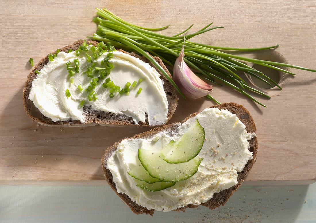 Cream cheese breads with chives and cucumber