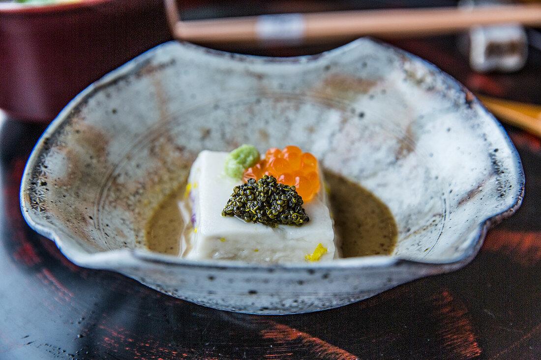 Japanisches Tofu-Gericht mit Kaviar und Wasabi