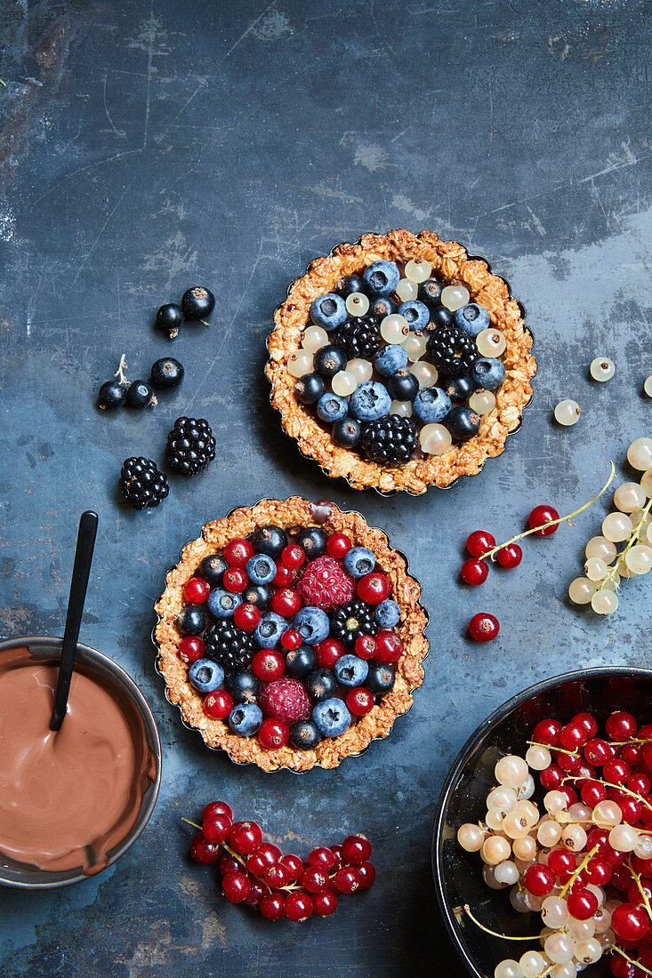 Berry tart with oatmeal and peanut base