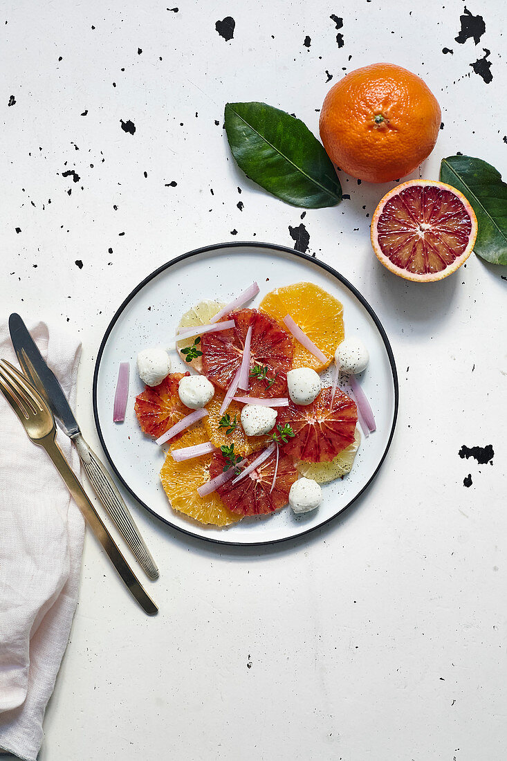 Citrus salad with mozzarella and onions