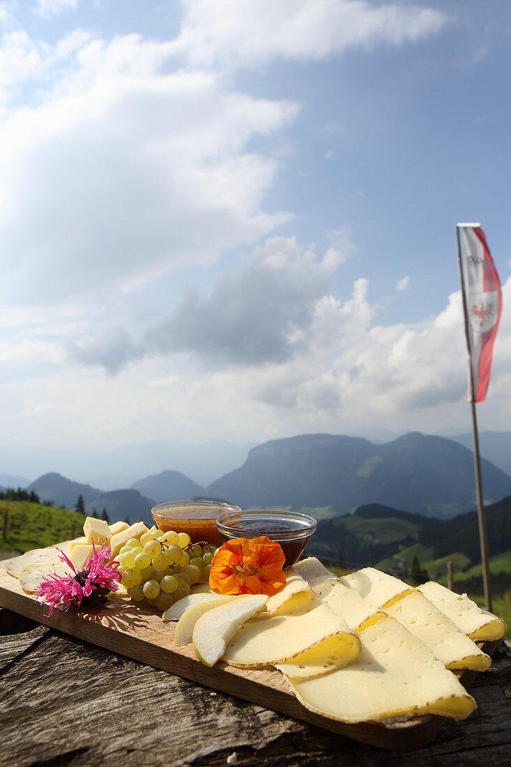 Brotzeitbrett mit Käse und Senfdips auf der Alm