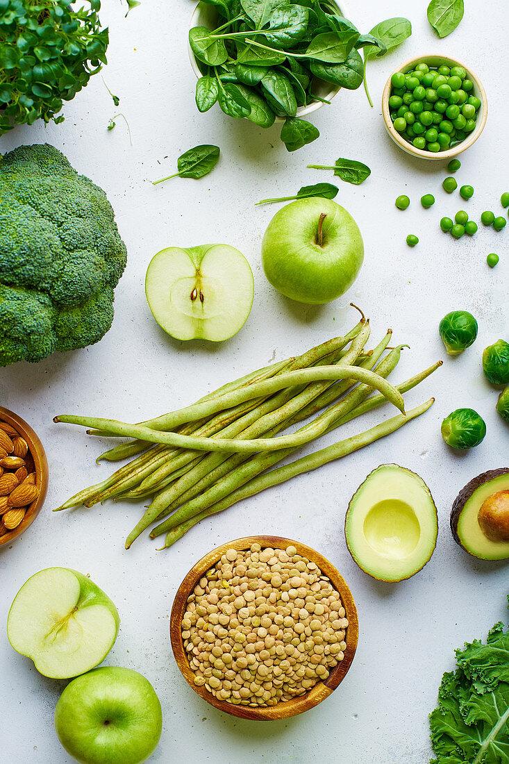 Grünes Obst und Gemüse dazu Linsen und Mandeln