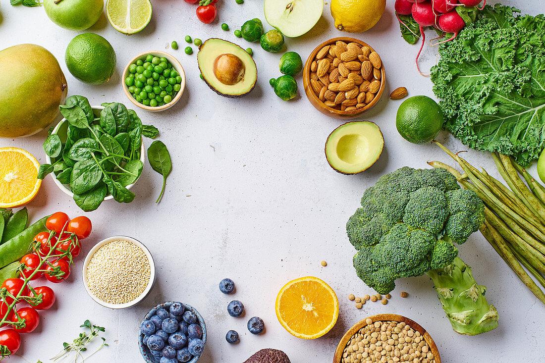 Rahmen aus Gemüse, Obst, Linsen und Mandeln