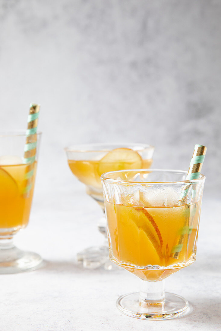 Earl Grey tea with apple slices and ice cubes
