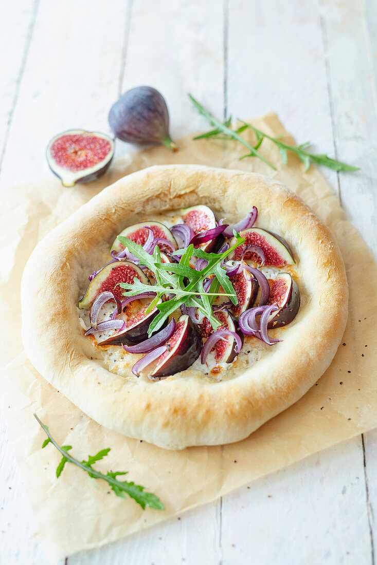 Pizza with goat's cheese, figs and rocket (lactose-free)
