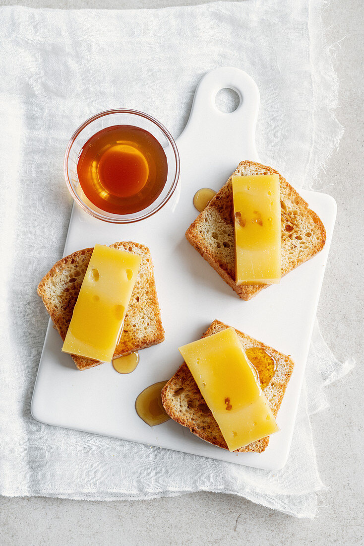 Toasted laurel and honey white bread with Formai de Mut and chestnut honey