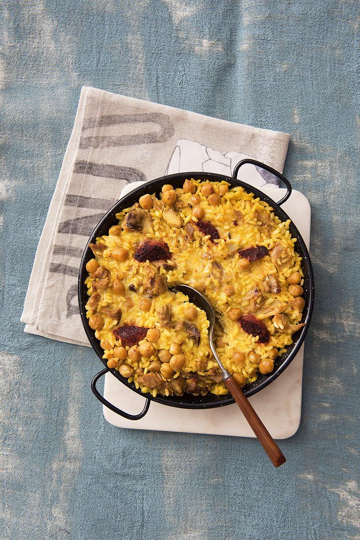 Arròs en costra (Überbackene Kichererbsen-Fleisch-Paella, Spanien)