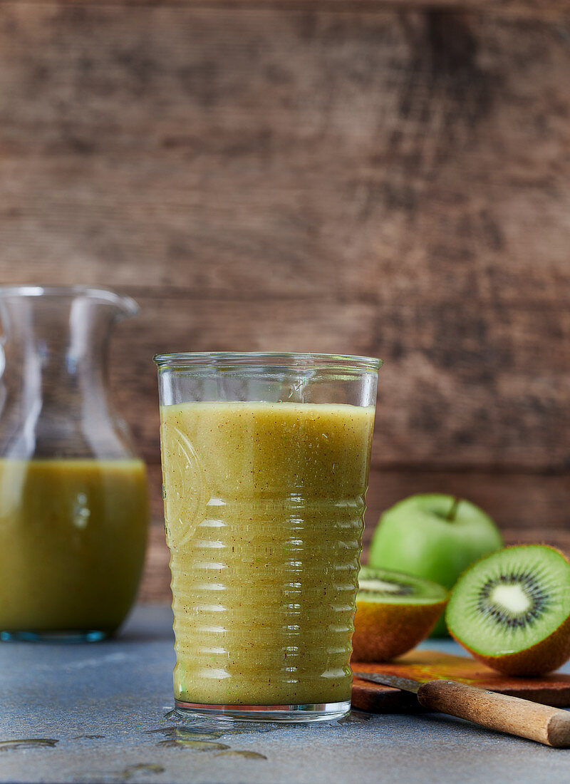 A green kiwi, lettuce and apple smoothie