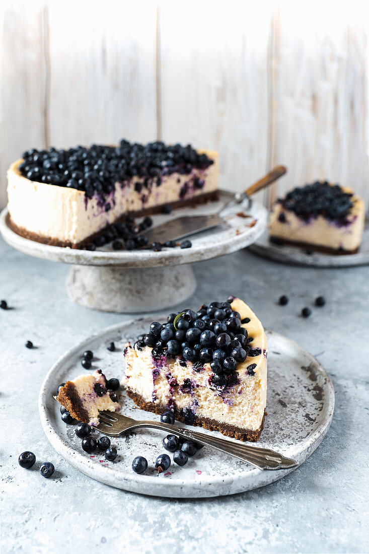 Blueberries cheesecake with ruby chocolate
