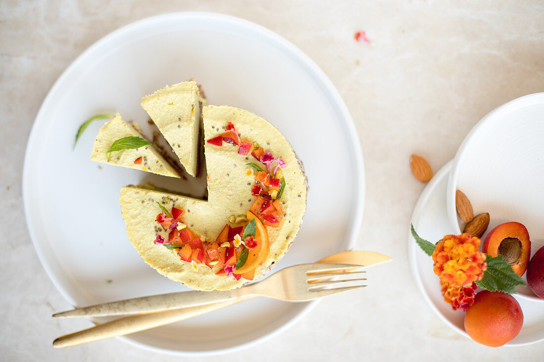 Roher veganer Cashew-Käsekuchen mit Orangen und Nektarinen