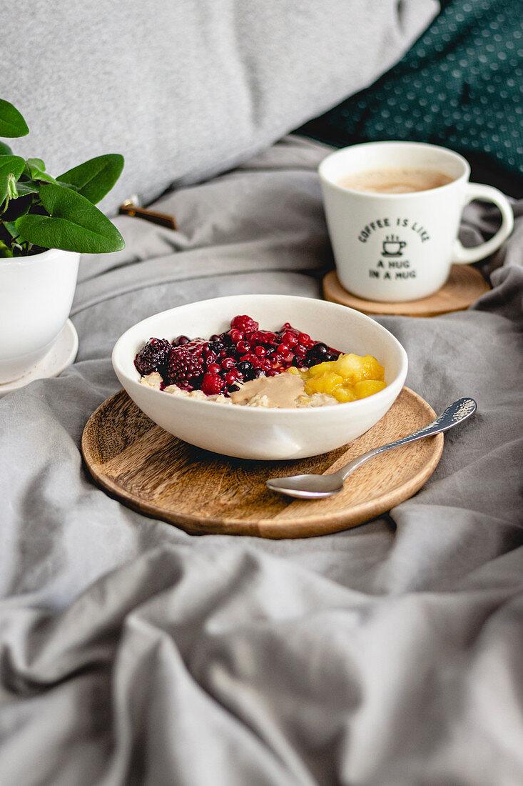 Porridge mit Waldfrüchten und Mango
