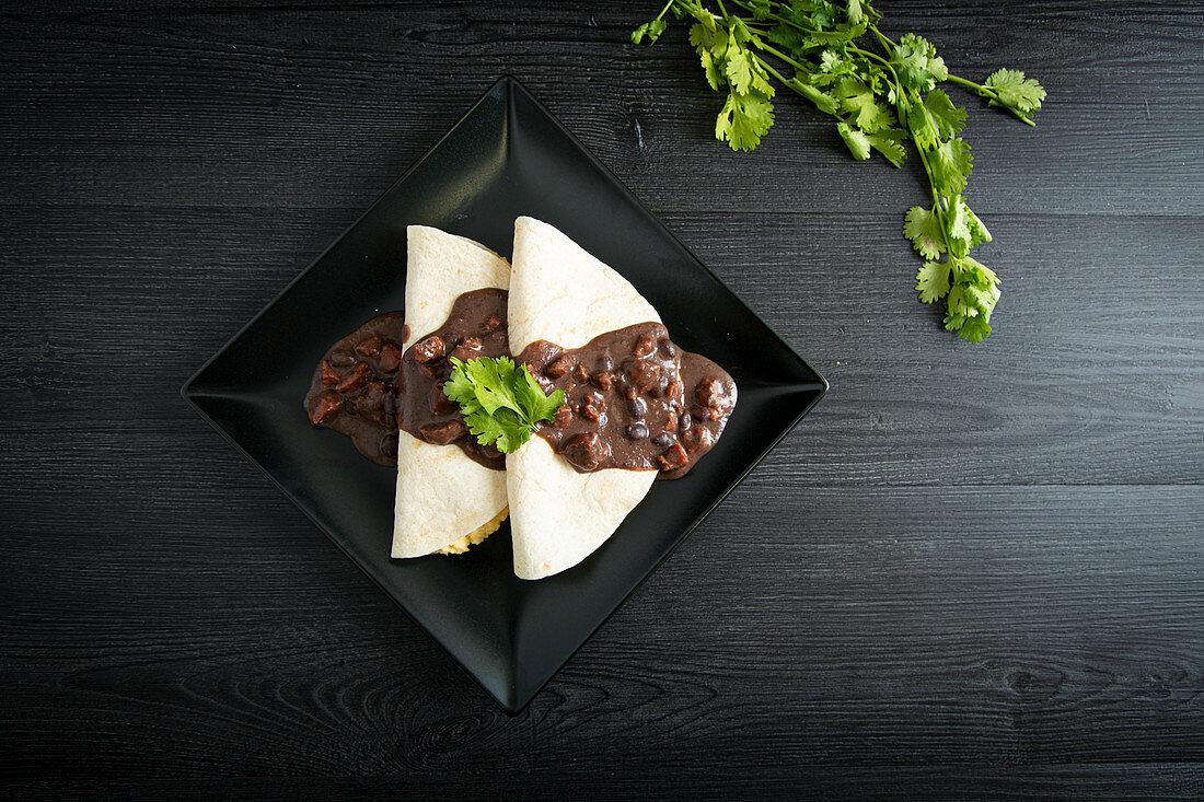 Rührei in Tortillas mit Bohnensauce (Mexiko)