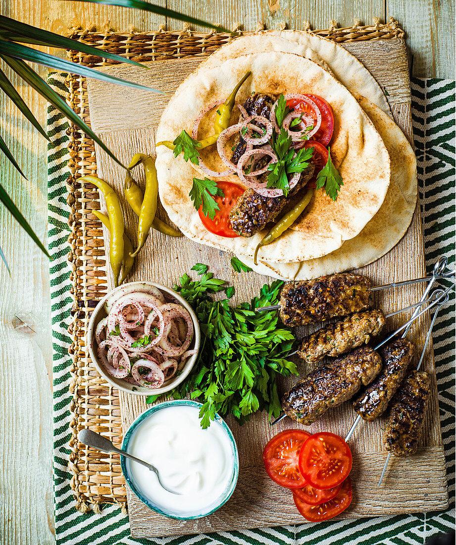 Türkische Adana-Kebabs mit Fladenbrot