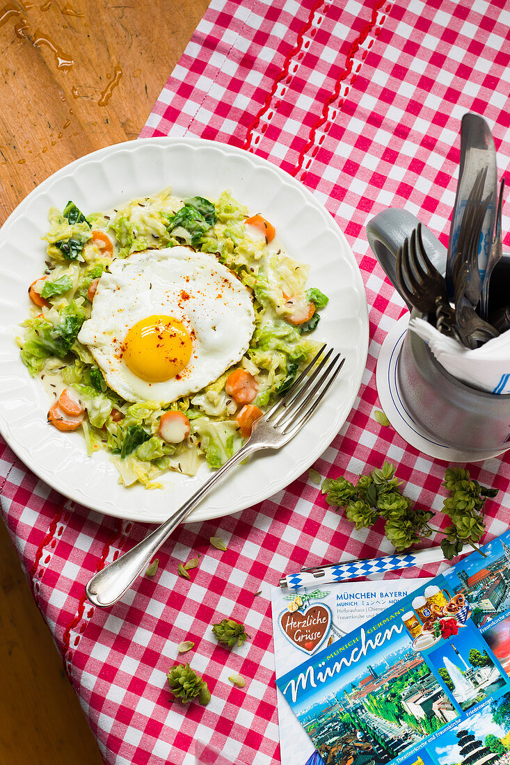 Cream cabbage with a fried egg