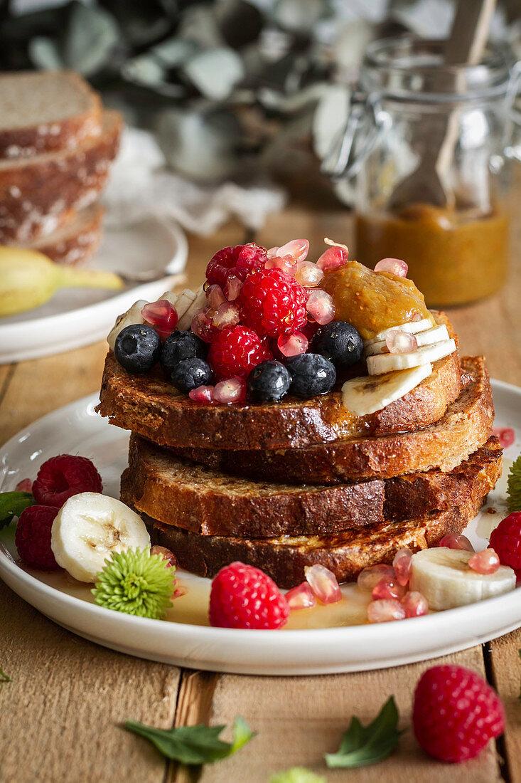 French Toast mit frischen Beeren und Honig