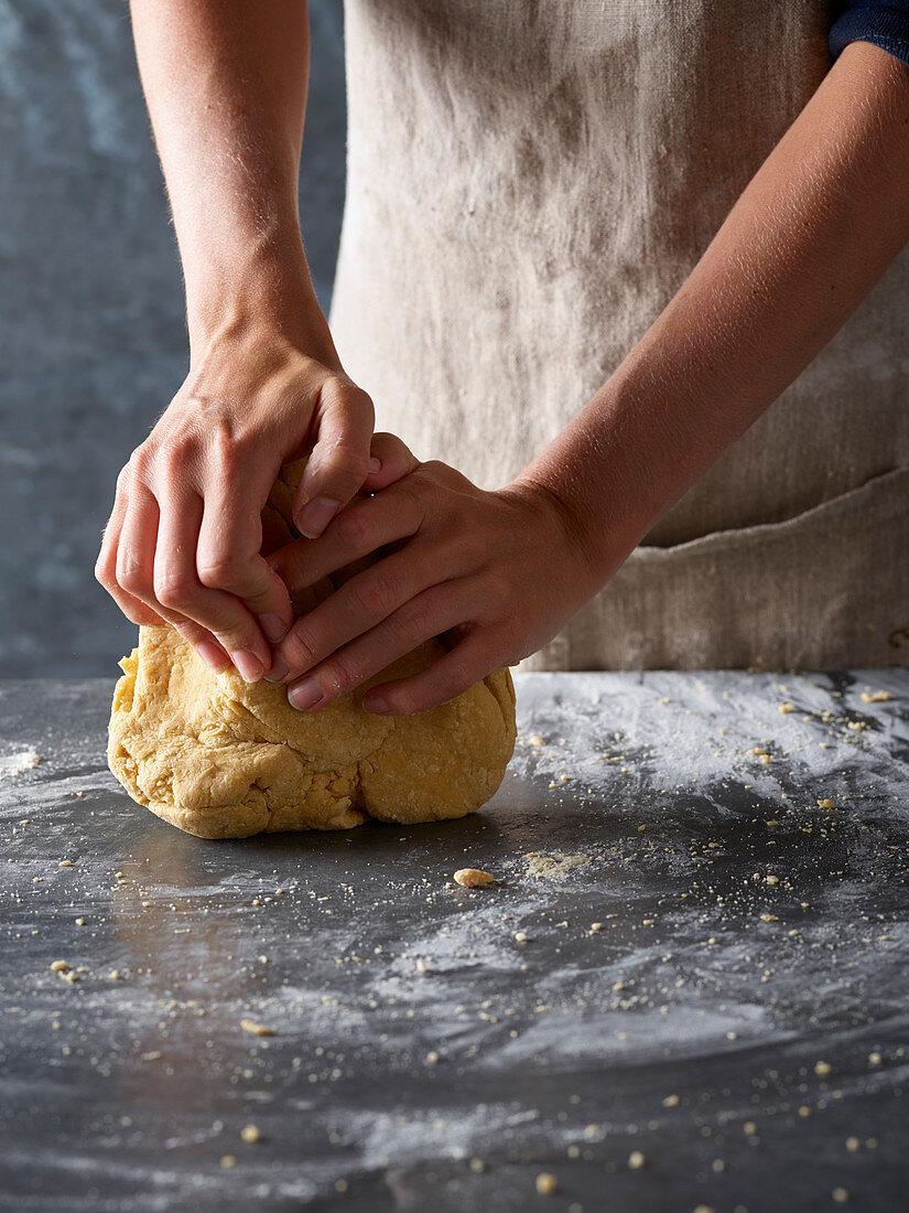Nudelteig zubereiten: Nudelteig auf bemehlter Arbeitsfläche kneten