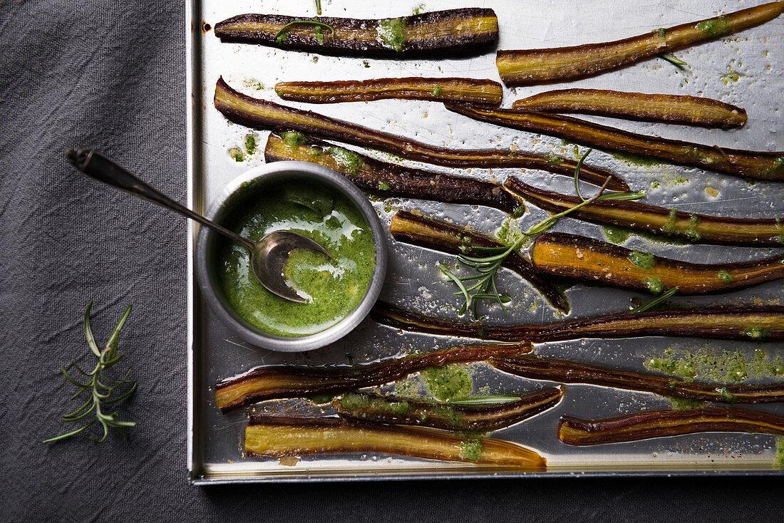 Ofengebackene violette Karotten mit grünem Pesto.