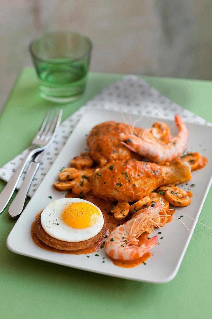 Pollo alla Marengo (Hähnchen mit Tomaten, Garnelen und Ei, Italien)