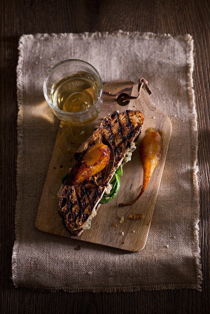 Grilled raisin bread with Roquefort and roasted pears