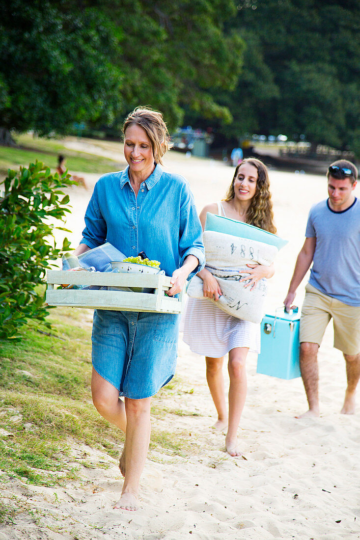 Family carrying packed picknick meals